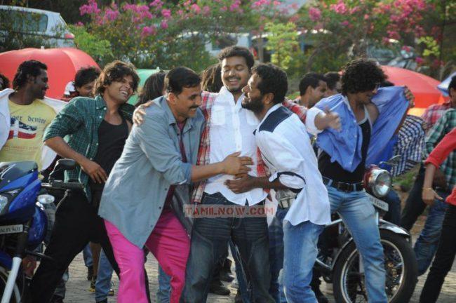 vijay-dance-in-rowdy-rathore-stills-3942