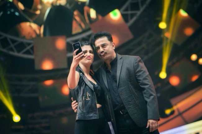 shruthi-haasan-kamal-haasan-performed-live-vijay-awards