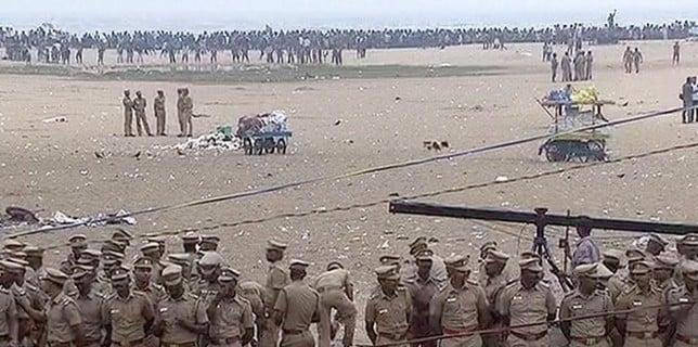 Police forces Jallikattu Protestors to vacate Marina 3
