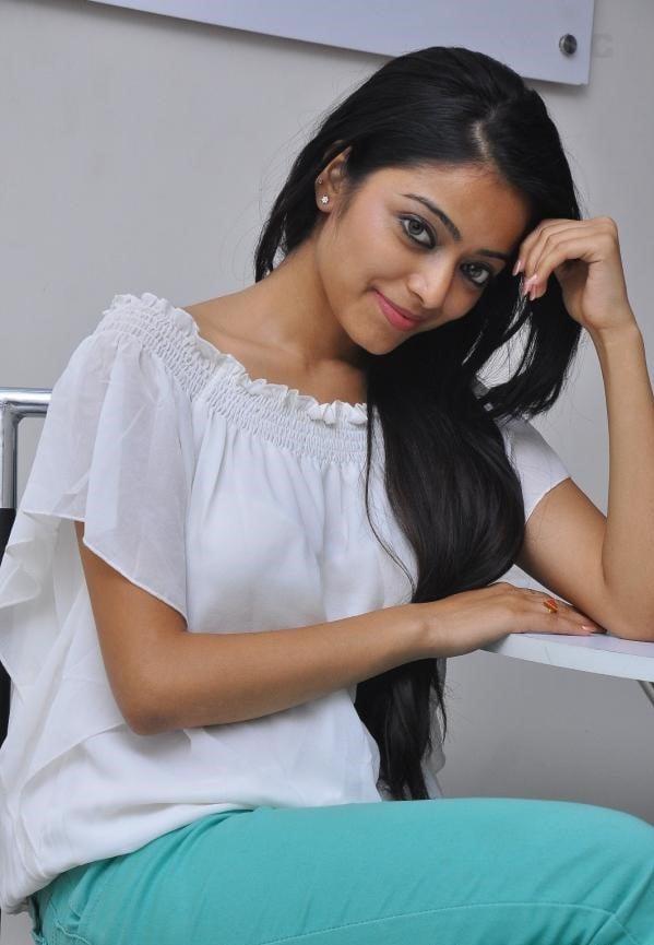 Janani Iyer Photos - HD Images 5
