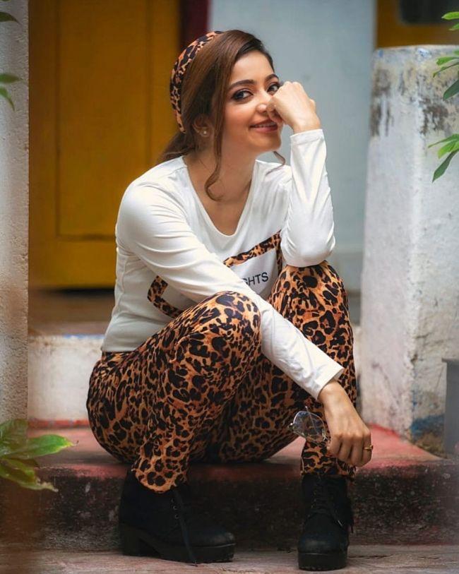 Janani Iyer Lovely