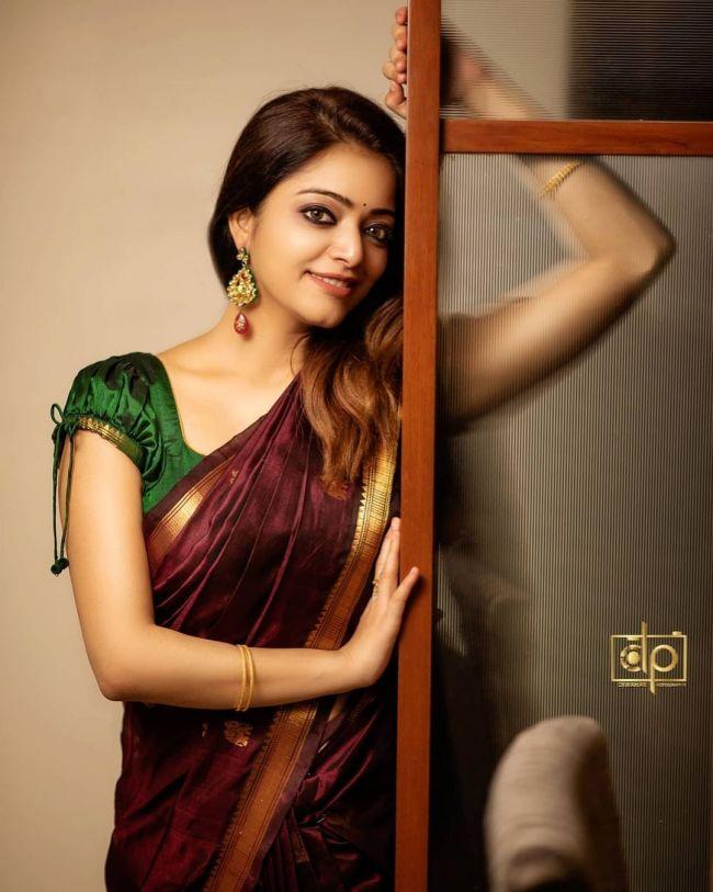 Janani Iyer Stunning
